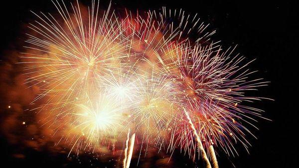 Baci sotto il vischio, danze, falò e fuochi d'artificio per brindare al nuovo anno