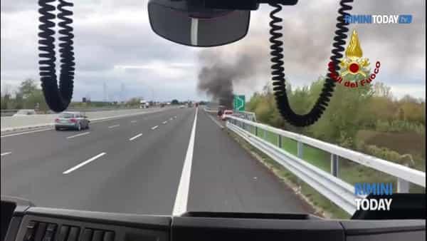 VIDEO | Auto in fiamme sull'A14, intervengono i vigili del fuoco