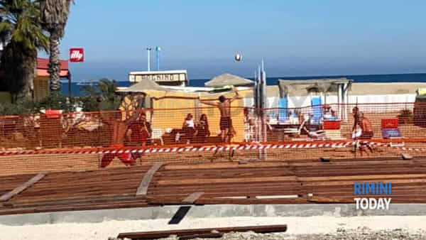 La partitella tra amici a beach volley in spiaggia finisce con una denuncia
