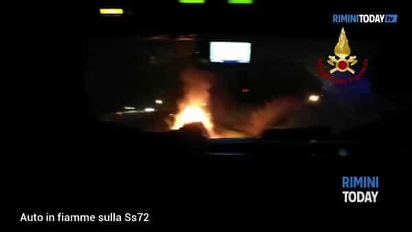 VIDEO | Auto in fiamme durante la marcia