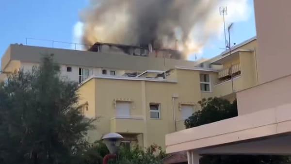 Rogo all'ultimo piano di un hotel di Misano, ustionati e intossicati: le immagini