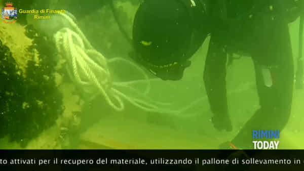 Discarica abusiva nel mare davanti a Viserba bonificata dal Roan | IL VIDEO