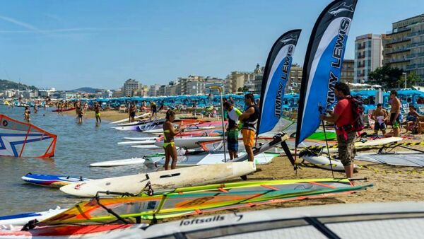 Sport e allegria in acqua con il quarantesimo Windsurf Day