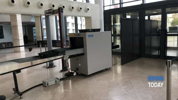 Il metal detector all'interno del tribunale