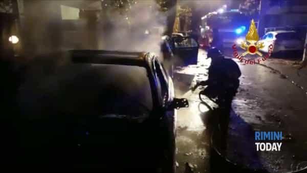 Auto in fiamme nella notte, distrutto un Bmw a Marina Centro   IL VIDEO