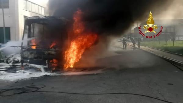 In fiamme un autobus di linea: l'incendio spento dai Vigili del Fuoco - IL VIDEO