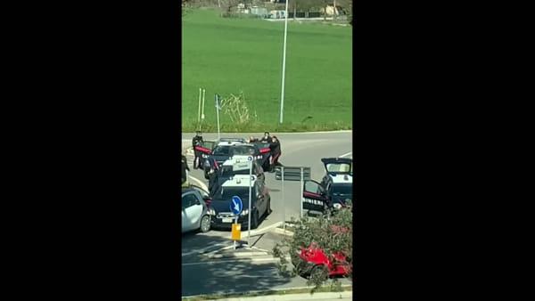 VIDEO | Ignora l'alt dei carabinieri, distrugge 2 gazzelle e spacca il naso a un militare dell'Arma