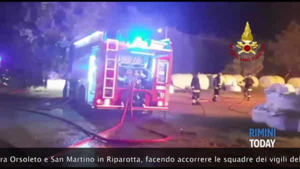 Fulmine sul deposito di fieno, vasto incendio nell'azienda agricola | IL VIDEO