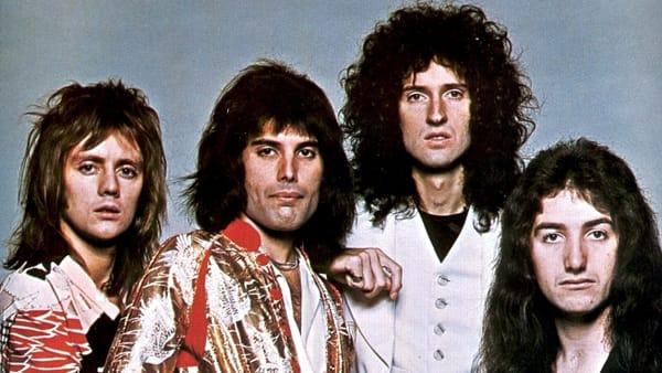 La musica dei Queen travolge la Riviera: cento artisti in concerto in spiaggia per l'evento We will rock you