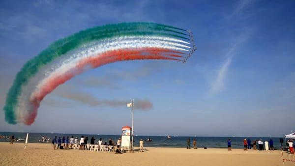 Le emozionanti evoluzioni delle Frecce Tricolori nel cielo di Rimini | IL VIDEO