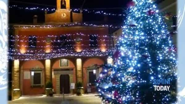 Un paese sotto l'albero di Natale, conto alla rovescia per l'accensione delle luci