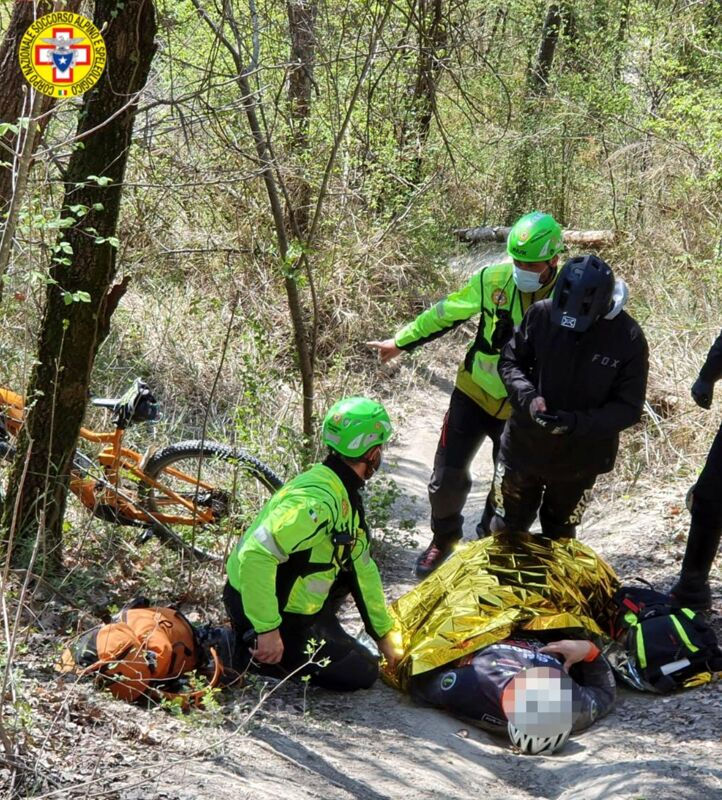 Rovinosa caduta all'interno del bosco con la mountain bike, ferito un uomo - FOTO