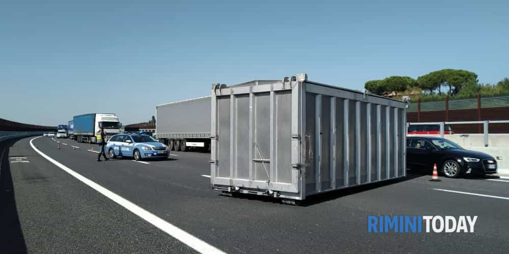 camion perde container a14 1-2