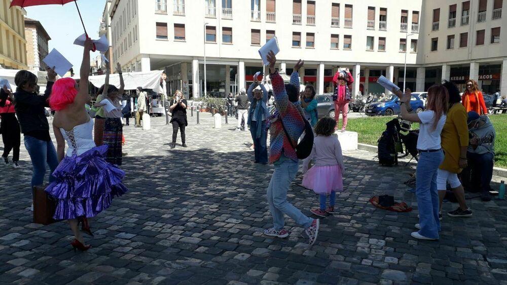 """La protesta francese """"Dancer encore"""" si diffonde anche a Rimini: balli e canti in centro"""