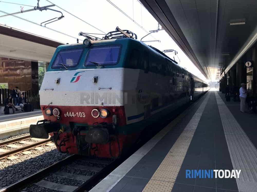 Si mette a passeggiare lungo i binari, interrotta la circolazione dei treni