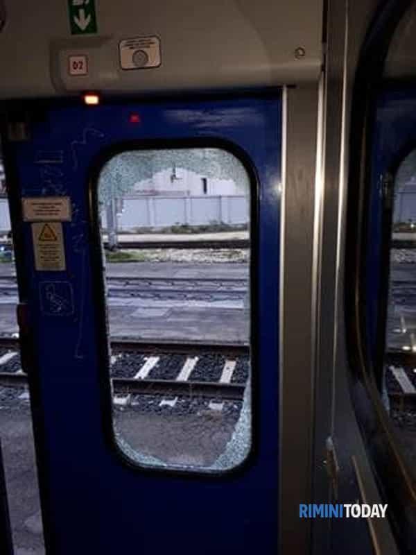 treno finestrino rotto-2