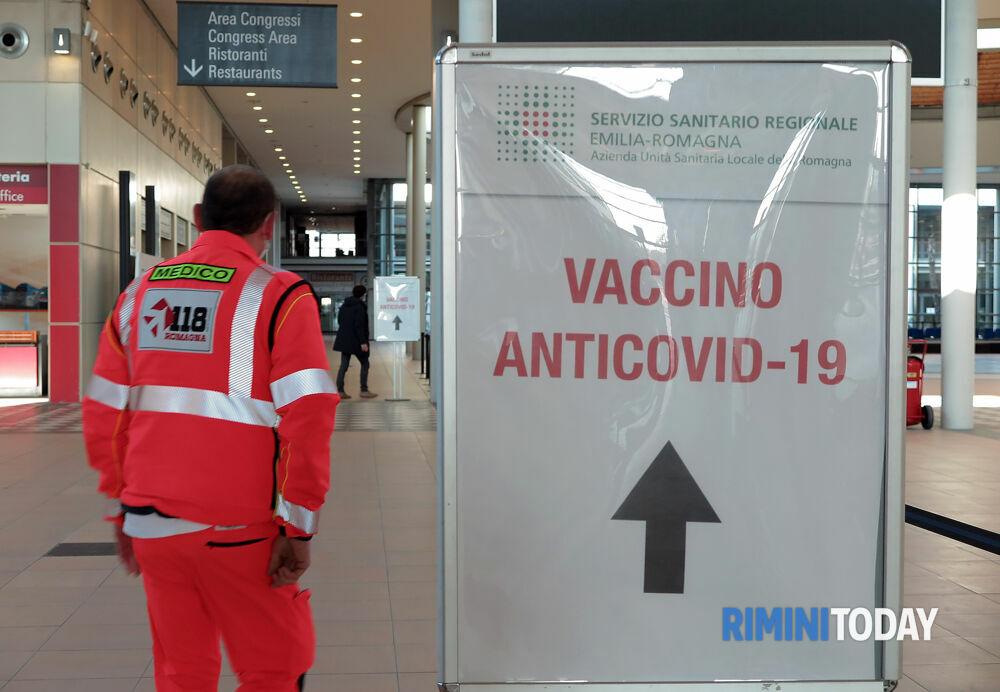 Vaccini serali al personale sanitario: le sedute giornaliere interamente dedicate agli anziani