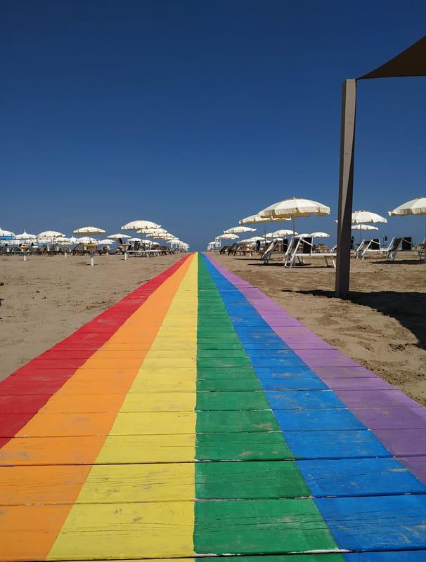 """Diritti, l'Arcigay ridipinge in spiaggia la """"pride walk"""""""