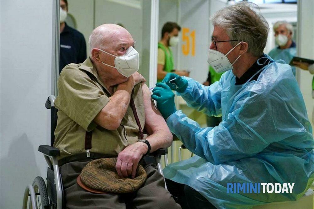 """Coronavirus, l'annuncio di Bonaccini: """"A breve partiamo con i vaccini agli over 70"""""""