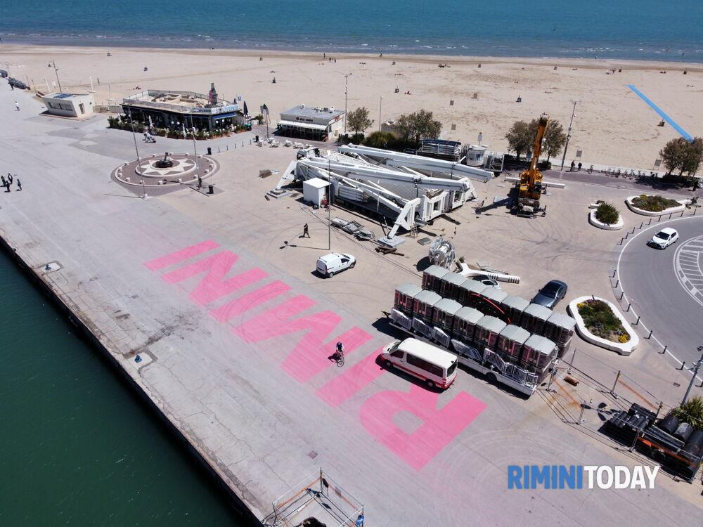 La ruota panoramica torna ad illuminare il porto di Rimini