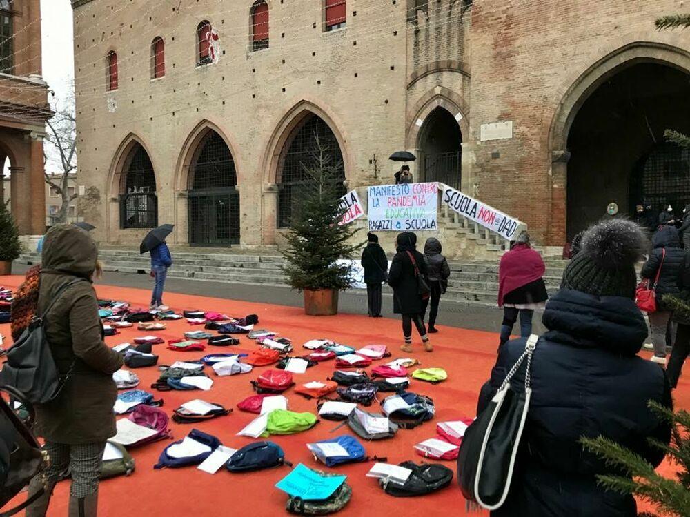 """""""No alla didattica a distanza"""": il gruppo Tutti a scuola torna in piazza"""
